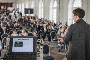 """Claudia Kunze beim Vortrag """"Resilienz aufbauen. Lebensqualität erhöhen."""". Foto: Jens Oellermann"""